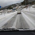 ここは雪国。いつもすれ違う白いプリウスphvは元気に走ってたけど私は軽トラ4駆。でなんとか走った。